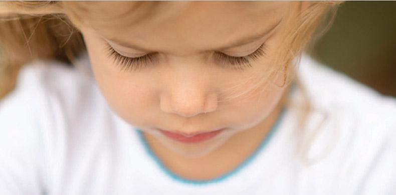 Kleines Mädchen schaut auf den Boden