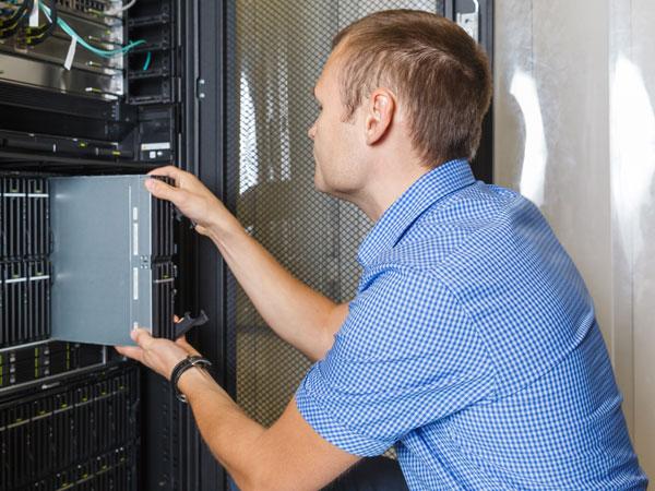 Mit einem IT-Wartungsvertrag unterstützen Sie unsere Service-Techniker von Bösen & Heinke GmbH & Co. KG